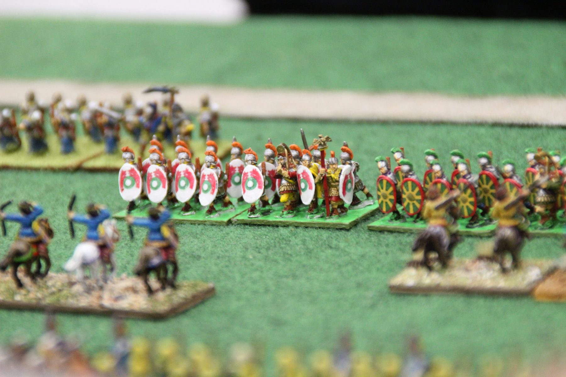 Des légionnaires romains bas empire avancent sur la cavalerie perse.