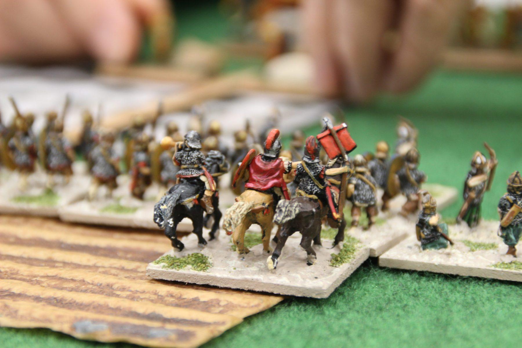 Général romain exhortant ses auxiliaires en engager la mêlée avec les archers indiens au plus vite !