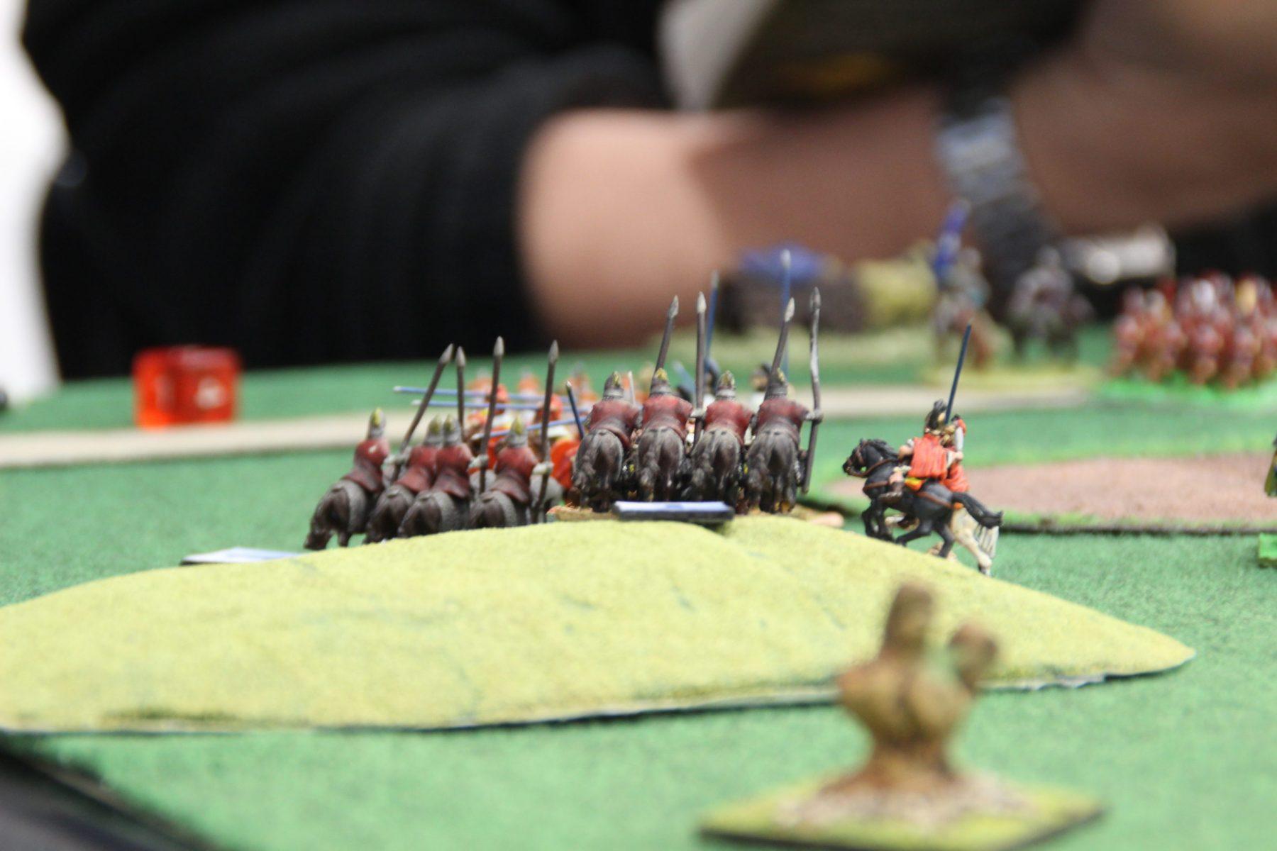 Cavalerie macédonienne en train de dévaler une colline au pas de course.