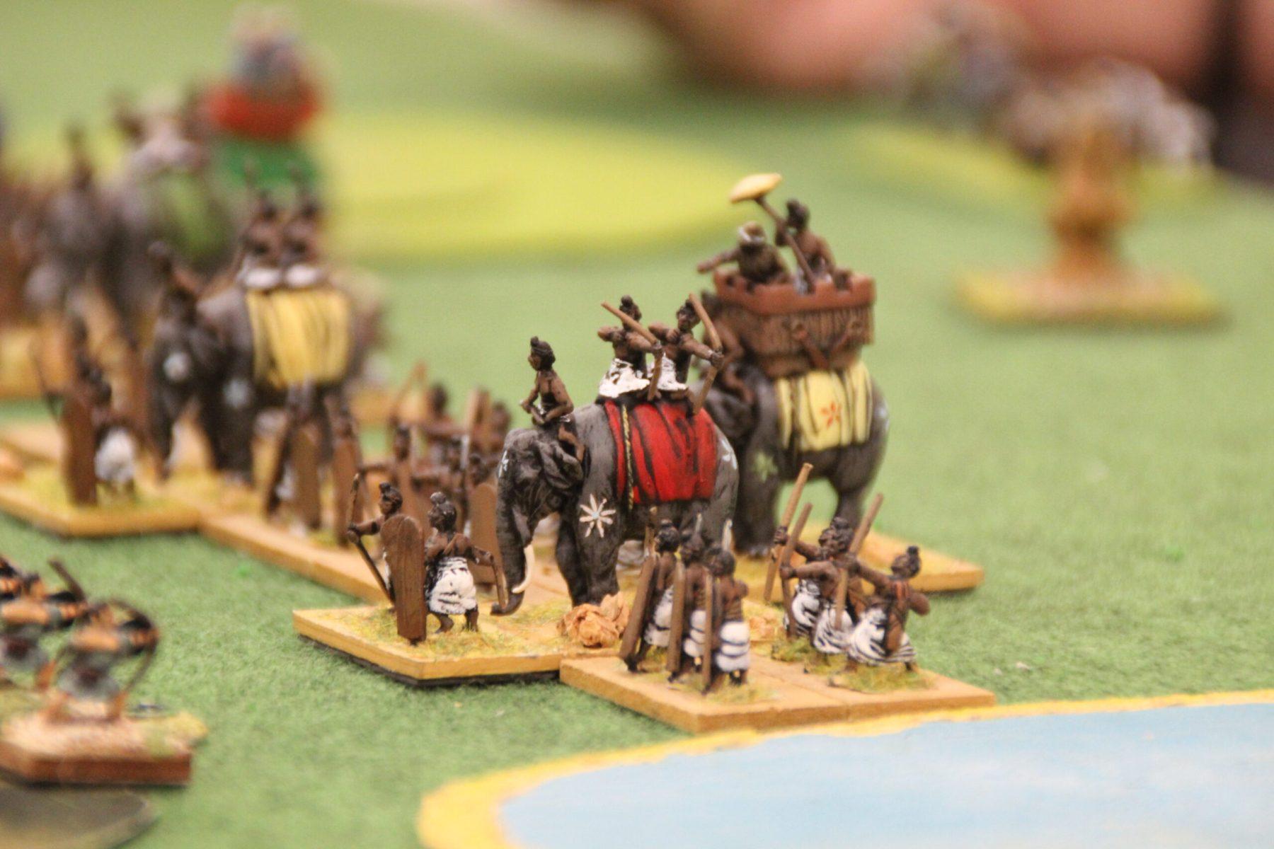 Une troupe d'éléphants Indiens Classiques avec leur escorte.
