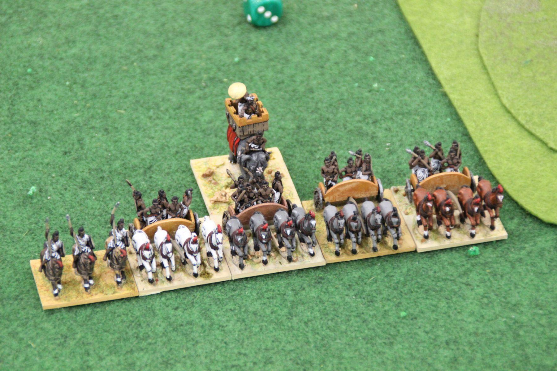 Un corps de chars lourds impétueux Indiens Classiques avec le général sur éléphant.