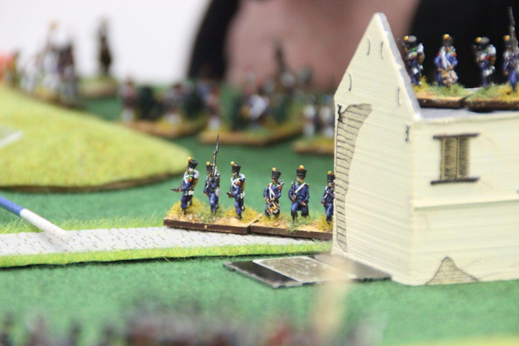 Tirailleurs Français 1805 près d'une maison.