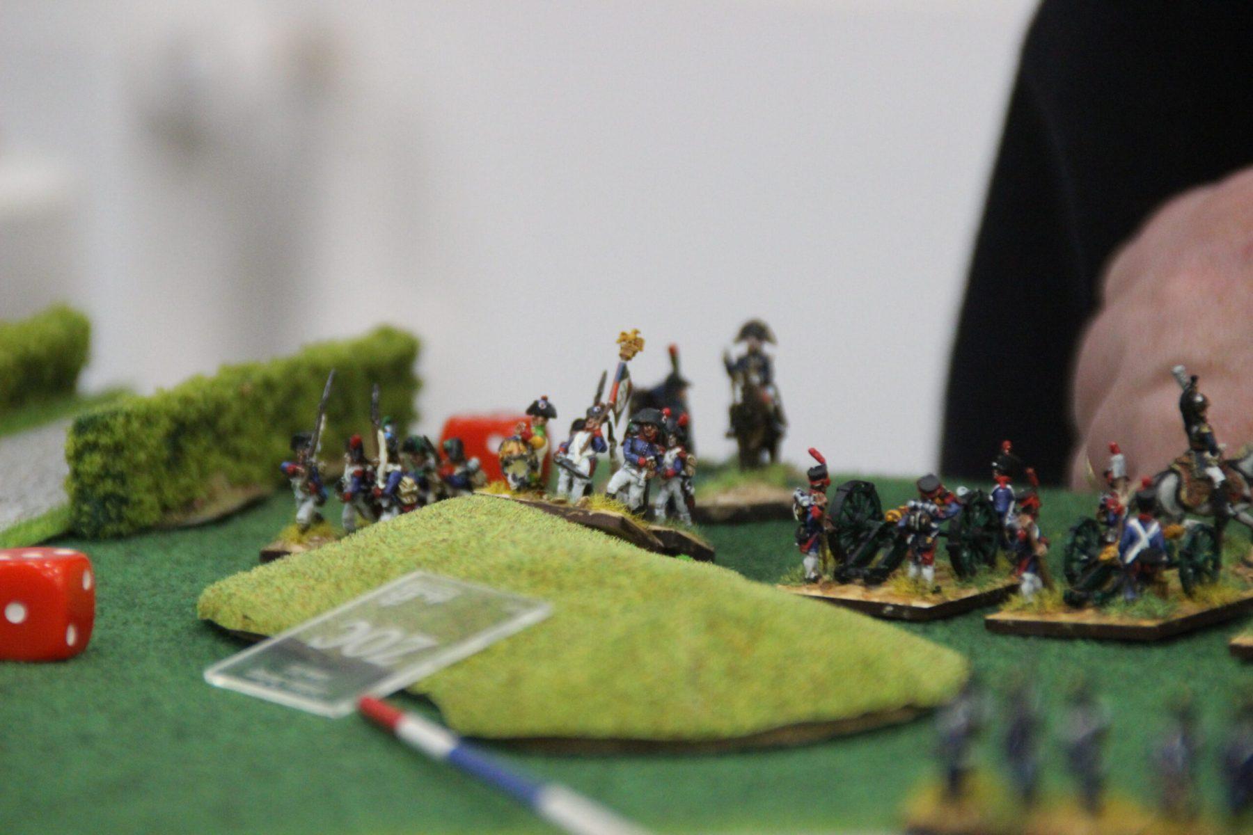 Des troupes Françaises prennent une petite colline.