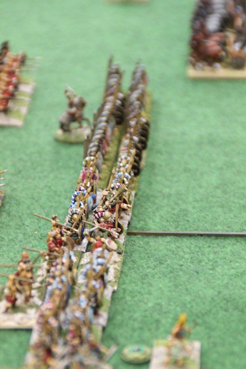 La ligne d'infanterie lourde Spartiate se prépare à recevoir la charge Indienne.