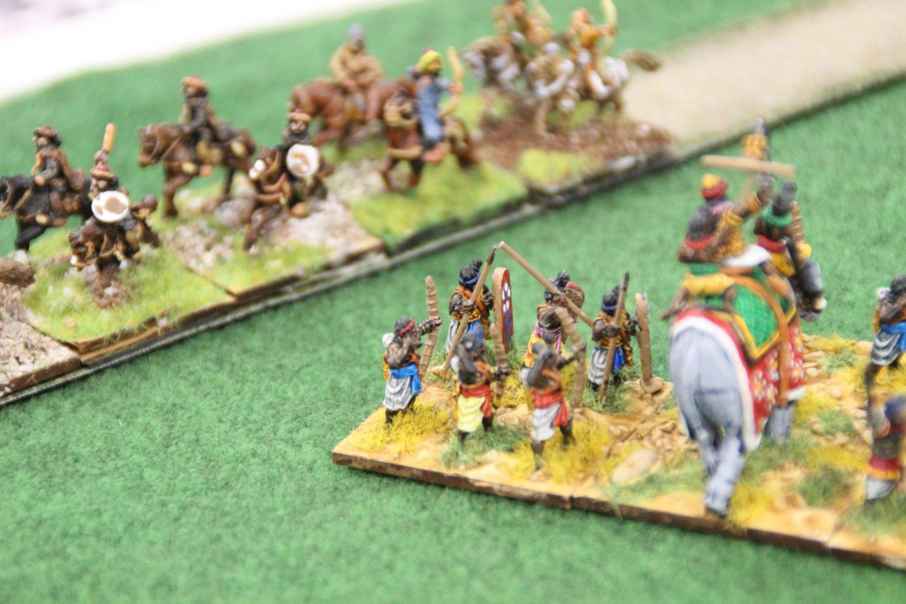 Les Huns menés par Attila en personne tentent d'encercler les troupes Indiennes.