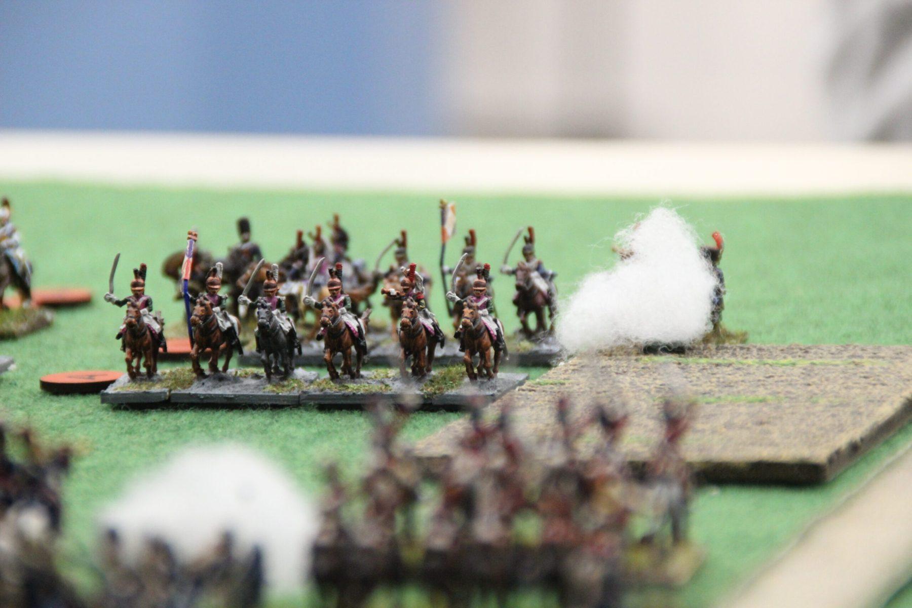 Une unité de Dragons Français sonne la charge sur la ligne Anglaise.