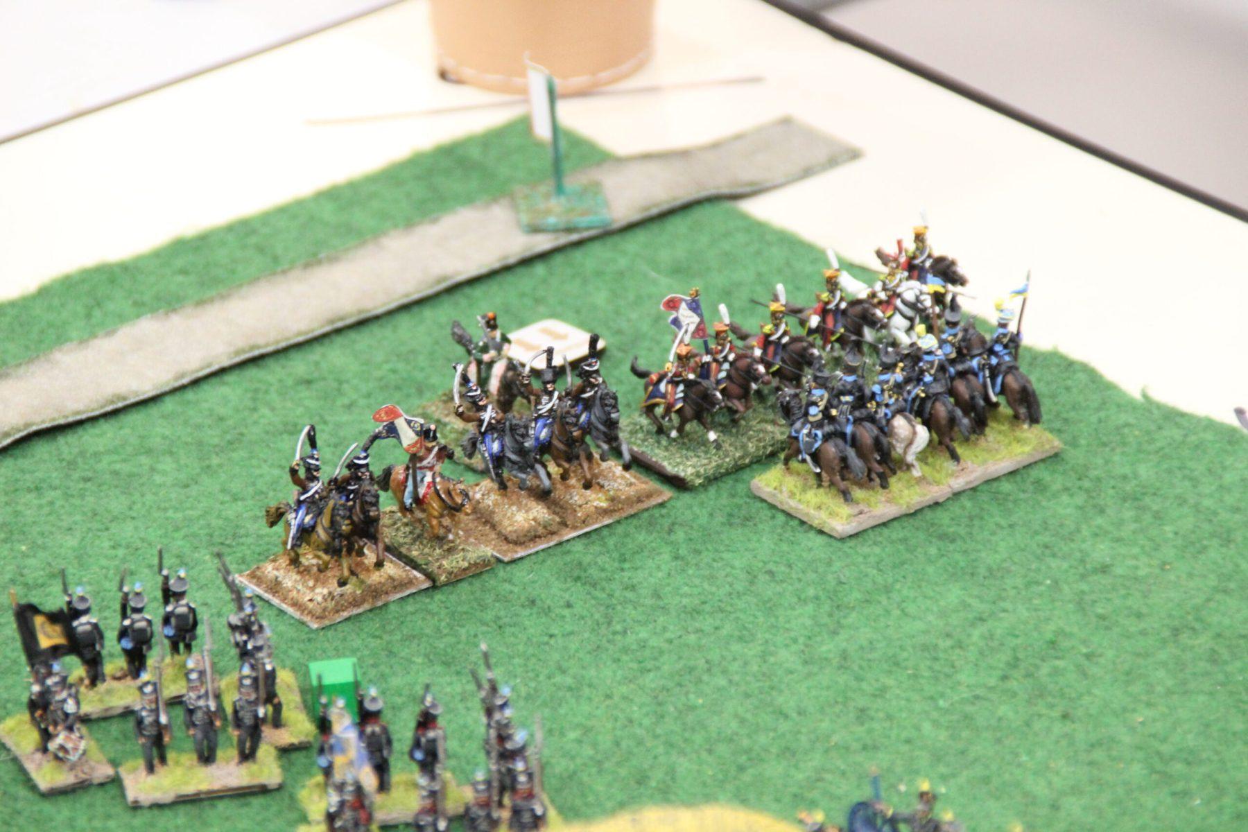 Une petite troupe de cavalerie Française effectue une marche de flanc héroïque !