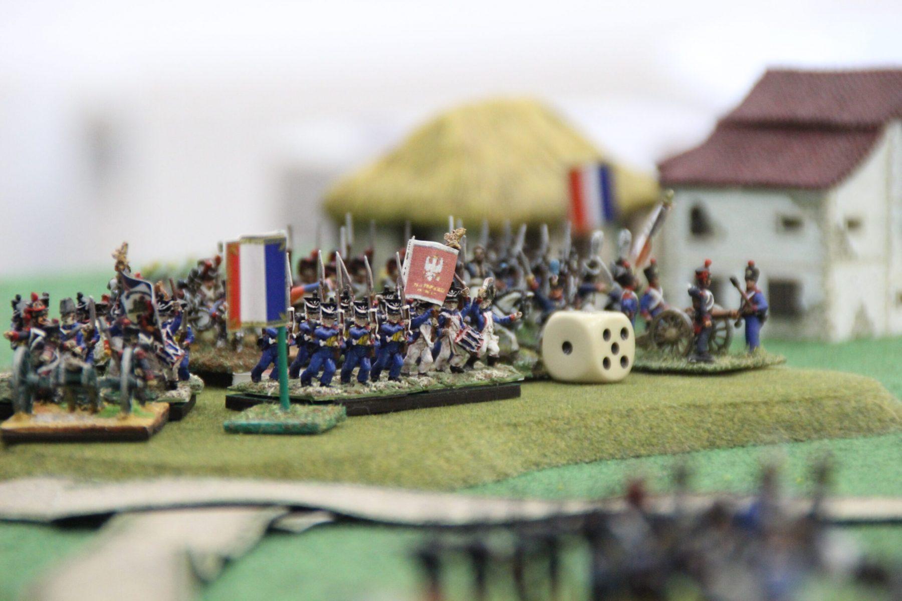 L'armée Franco-Polonaise prend position sur une colline.