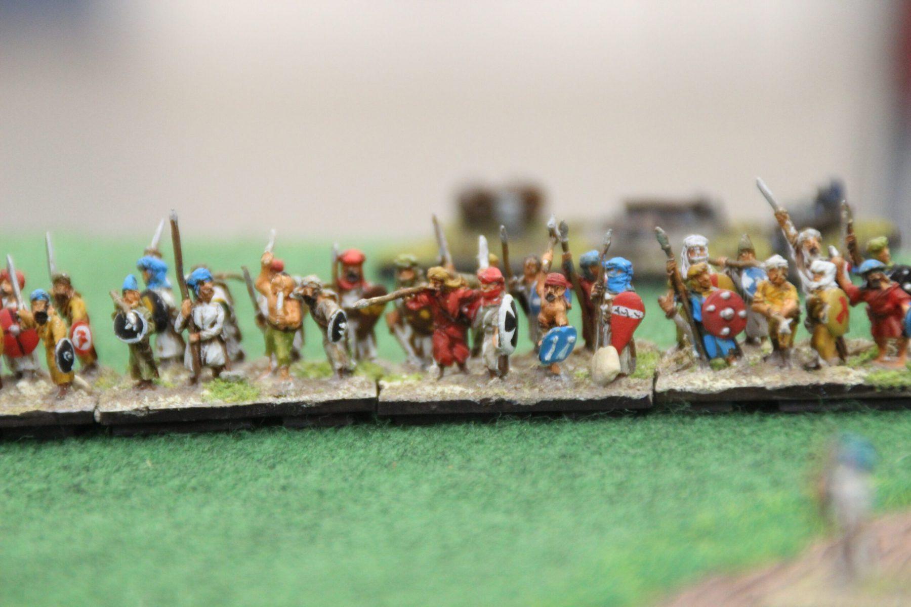 Une ligne de lanciers lourds Arabes en formation.
