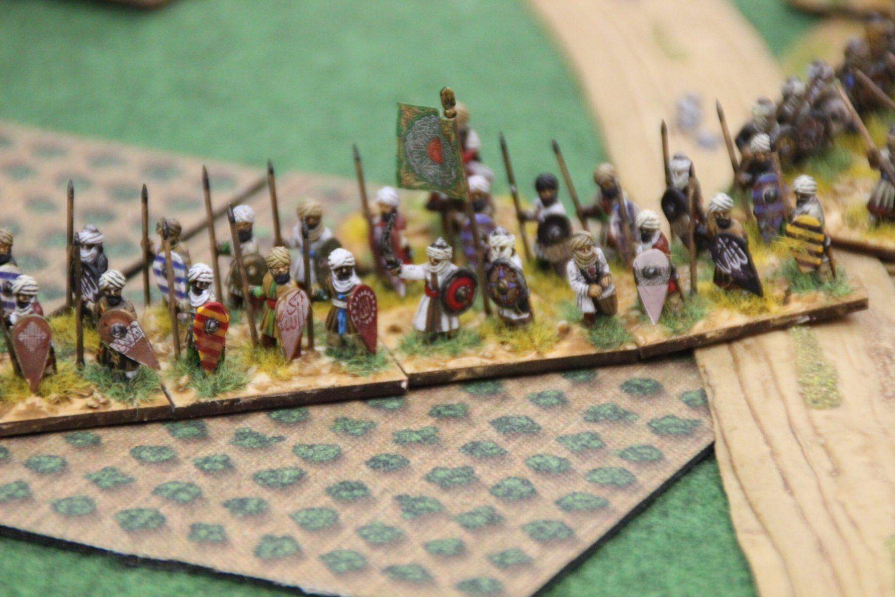 Des guerriers Arabes prennent position dans une plantation.