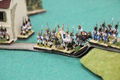 Des Autrichiens 1812 prennent position contre un bâtiment.