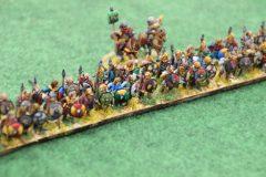 Les lanciers lourds Francs avancent en formation.